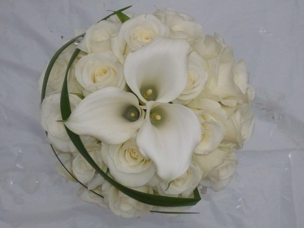 brudbukett, vita rosor, vit lilja