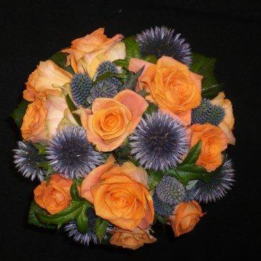 Brudbukett orange ros och tistel