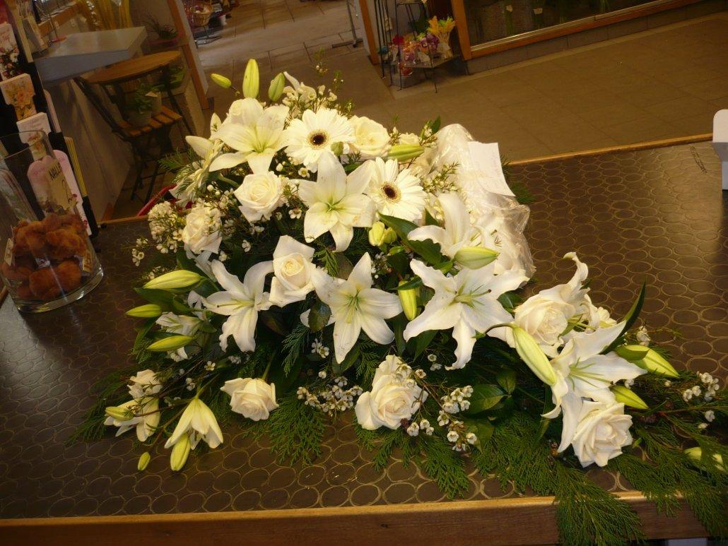begravning, kistdekoration, vita blommor