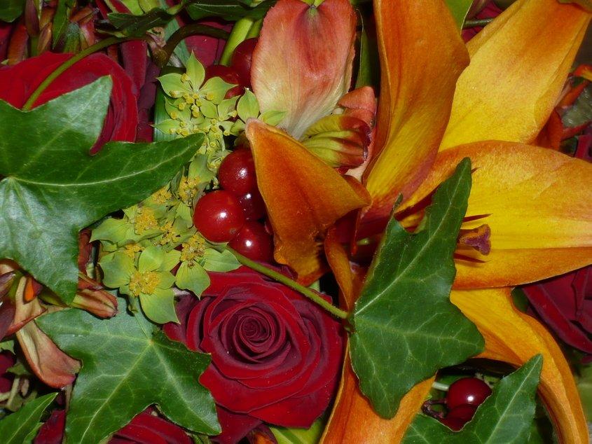 brudbukett, röda rosor, lingon, murgröna